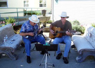 guests-are-welcomed-by-a-guitar-and-mandolin-duo72